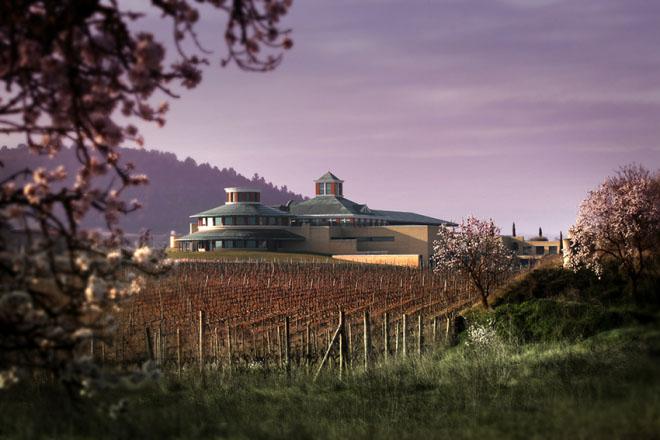Enoturismo en el museo Vivanco, en Briones, La Rioja. Podemos disfrutar de aspectos como la influencia que ha tenido en el vino tanto la arquitectura, como la escultura, la ciencia o la religión a lo largo de la historia y han facilitado su evolución.