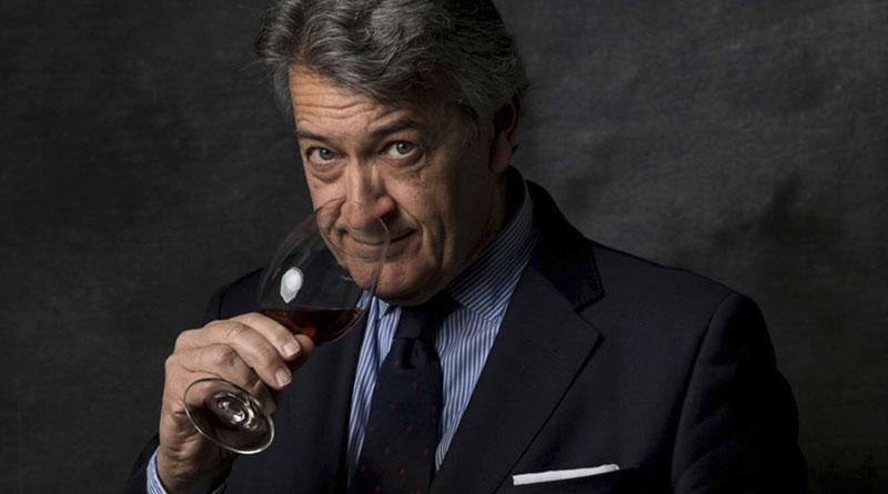 Cesar Saldaña, presidente de Vinos de Jerez oliendo una copa de Sherry